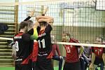 PLZEŇŠTÍ VOLEJBALISTÉ (v černém) vyhráli druhou ligu, ale nyní musejí čekat, kdy a zda se budou konat barážová utkání o postup do první ligy.