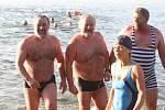 Do hladiny Velkého boleveckého rybníka v Plzni se v sobotu po poledni opíralo listopadové slunce, voda měla 5,5 stupně Celsia. Na břehu se svlékají první otužilci do plavek. Letošní Slavnost slunovratu, což je soutěž v zimním plavání, má rekordní účast.