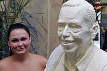 Barbora Daušová z Prahy je autorkou sochy Václava Havla. Tato je z laminátu, na bronzovou se shánějí peníze