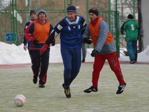 Už podesáté pořádá v sobotu stará garda Sokola Košutka na hřišti s umělým povrchem u Jezírka turnaj v malém fotbale.  O prvenství se utká deset týmů, vítězství z loňského ročníku, ze kterého je snímek,  obhajují  veteráni Rapidu