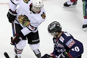 Dominik Kubalík (vlevo) se s týmem Chicaga dočká v Praze premiéry v NHL.