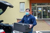 Jaroslav Špaček přivezl obědy pro zdravotníky covidového oddělení Fakultní nemocnice v Plzni na Borech.