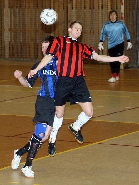 Futsalisté Indossu (hráč vlevo na archivním snímku) vyhráli po zlepšeném výkonu ve druhé půli v Táboře vysoko 9:2 a stále živí naději na postup do první ligy