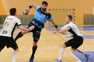 Milan Škvařil (uprostřed) v březnovém utkání základní části s Karvinou v Plzni.