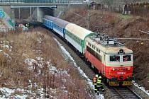 Vlak srazil v Plzni ženu. Na místě zemřela