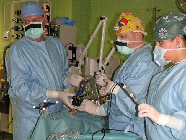 Operace Daniely Fajčíkové trvala jeden a půl hodiny. Během ní lékaři jen přístupem přes nos odstranili 7milimetrový nádor na hypofýze, jenž ženě způsoboval nemalé zdravotní problémy