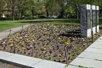 Květinovou výzdobu u památníku na plzeňském náměstí Míru zčásti odcizil vandal.