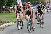 Ve čtvrtém ročníku vytrvalostního závodu jízdy na skládačkách ve Lhotě soutěžilo 17 týmů.