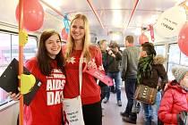 Studentky rozdávaly v tramvaji letáčky, nabízely červené stužky a zodpovídaly dotazy cestujících