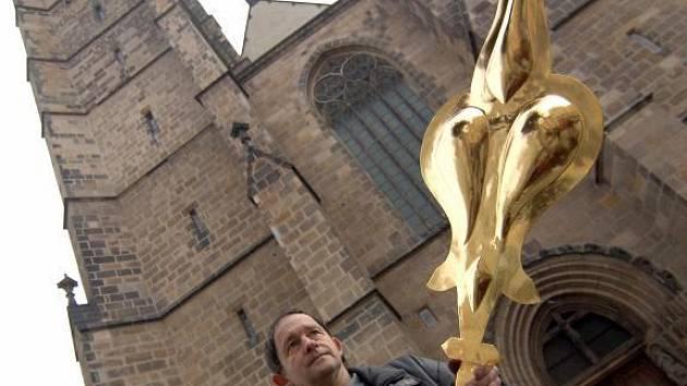 Hodinář Jindřich Klinger s jednou z nově pozlacených ručiček