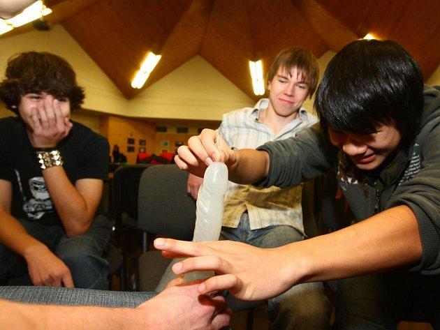Studenti se učili, jak správně zacházet s kondomem