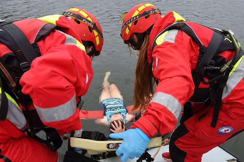 19 - Ta slouží pro bezpečné a šetrné přemístění do lodi.
