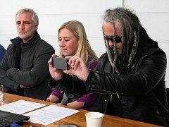 Pepa Bolan (vpravo) z Mandrage na tiskové konferenci k Žebříku. Vlevo je herec Tomáš Hanák