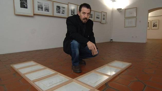 Španělský umělec Ricardo Calero ukazuje svá díla, která vytváří netradičními způsoby. Na papír nechává působit světlo, čas, počasí i výstřely z pistole