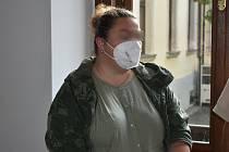 Z týrání svěřené osoby a znásilnění se před Krajským soudem v Plzni zpovídá Markéta V.
