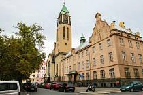 Kostel Panny Marie Růžencové je dominantou Jiráskova náměstí na Slovanech.