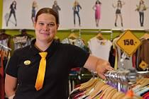 Anna Kosová pracuje už rok v plzeňském  Second helpu. Obchod nabízí dámské a pánské oblečení  a také doplňky.