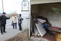 Muže bez domova jsme na zastávce hledali v pátek odpoledne. Měli jsme ale smůlu, našli jsme jen opuštěný příbytek