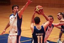 Basketbalisté západočeského celku Basket Západ (na archivním snímku v bílých dresech) prohráli o víkendu v Praze i Benešově