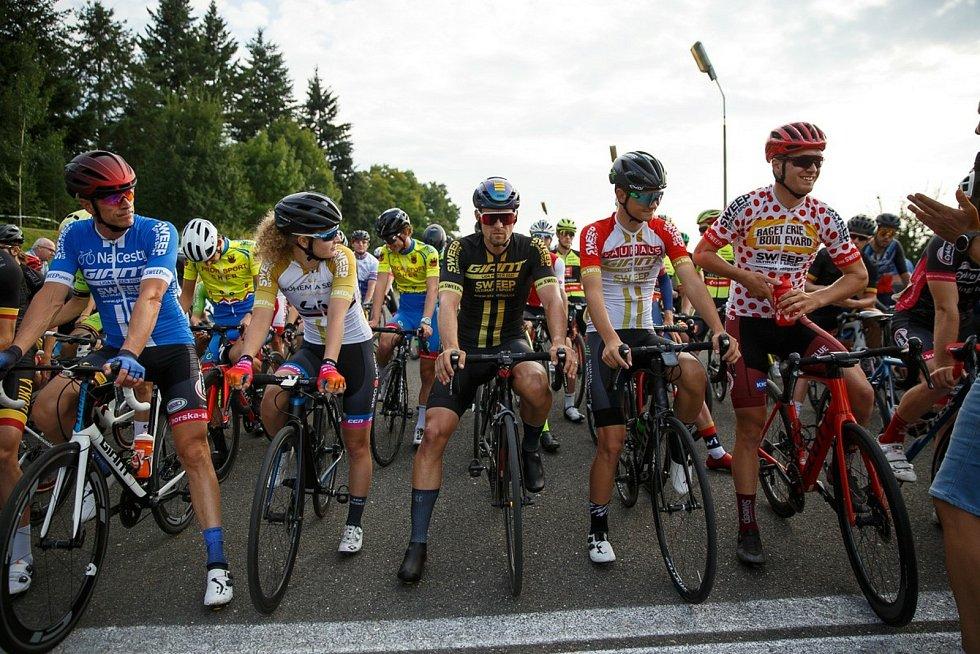 Držitelé trikotů na startu (zleva): Petr Ruman, Hana Heřmanovská, Martin Boubal, Vojtěch Církvar a Richard Habermann.