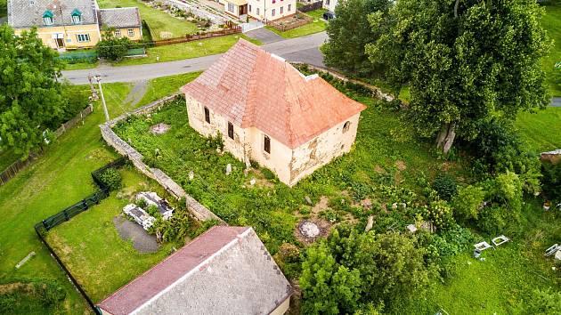 Kostel sv. Bartoloměje na Karlovarsku se snaží zachránit obyvatelé osady Přílezy. Pomoci místu má také sochařská instalace, na kterou se chystá Jakub Hadrava.