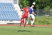 Domažlický fotbalista Tomáš Arzberger (na snímku v modrobílém dresu) v zápase proti Převýšovu.