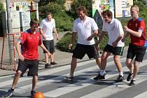 Parta mladíků hrála fotbal přímo na přechodu v rušných sadech Pětatřicátníků