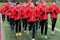 Žákům Regionální fotbalové akademie v Plzni nevadil na stadionu Josefa Žaloudka ve Skvrňanech při včerejší přípravě ani chlad či vytrvalý déšť.