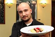 Šéfkuchař Filip Štěpánek z Baru de Tapas el Cid ukazuje telecí steak s pastinákovým pyré.