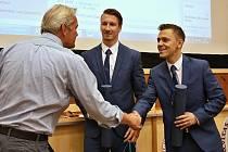 Hokejový univerzitní tým Akademici Plzeň se stal historicky prvním držitelem Ceny Jaroslava Slípky za přínos k rozvoji fakultě. Na snímku ocenění přebírají zakladatelé Vilém Franěk (vpravo) a Filip Malota