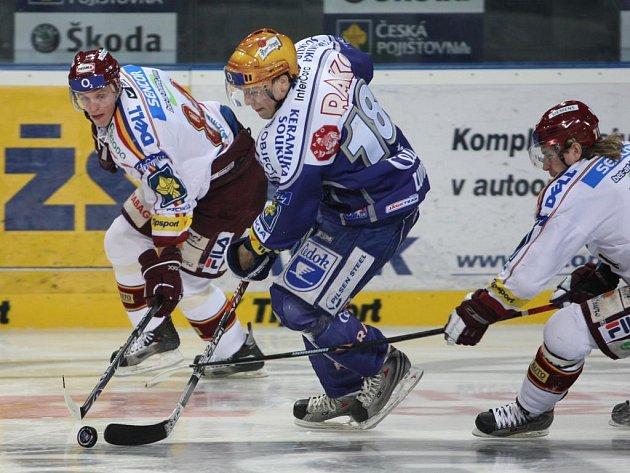 Hokejista plzeňského Lasselsbergeru David Ludvík (č. 18) mohl se svými spoluhráči po včerejší výhře nad Spartou v posledním kole základní části extraligy slavit postup do play off