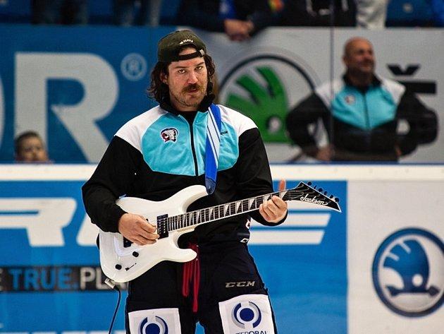 Ryan Hollweg během svého hudebního vystoupení.