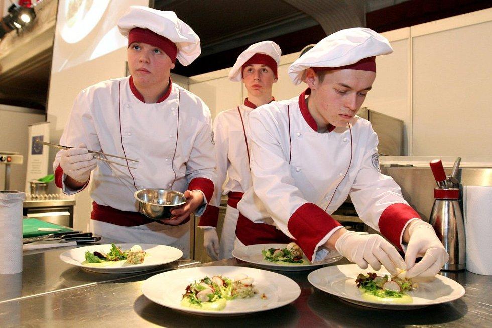Mladí kuchaři v akci.