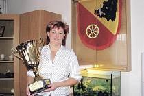 Starostka Eva Kubová s pohárem, který Mladý Smolivec vyhrál ve Hrách bez hranic, na kterých s ním už třetím rokem soutěží Kasejovice, Chanovice, Oselce, Nezdřev a Hradiště. Mladý Smolivec obhájil loňské vítězství a v prvním ročníku byl druhý.