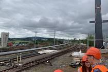 V Koterově se zrekonstruují dopravní koleje a provede příprava na budoucí dvoukolejné pokračování trati směrem na Starý Plzenec. Součástí této stavby je také vybudování nové lávky pro pěší a cyklisty v místě železničního přechodu v Koterově.