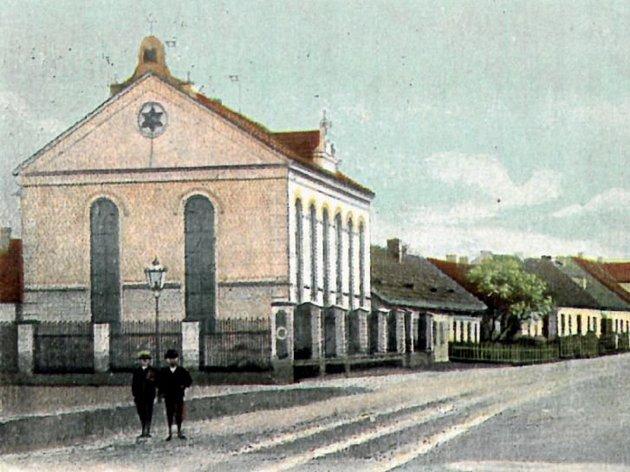 Nýřanská synagoga na dobové pohlednici.