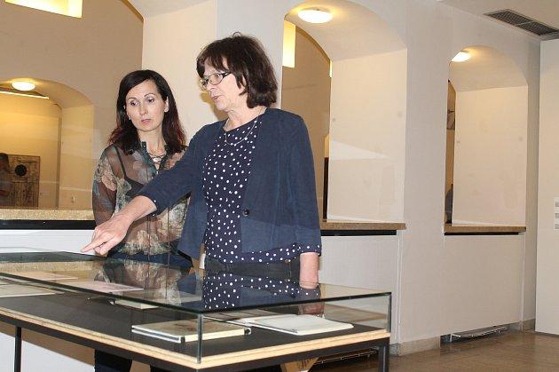 Autorka Alena Pomajzlová (vpravo) a kurátorka výstavy Petra Kočová při zahájení výstavy Obraz a slovo v českém výtvarném umění šedesátých let v Masných krámech.