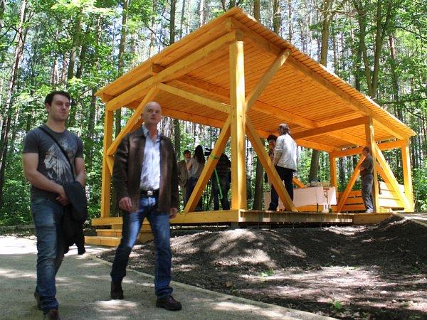 Odpočinkový altán vlesoparku uVelkého boleveckého rybníka slouží koddechu, ale můžou se vněm odehrávat imenší hudební produkce