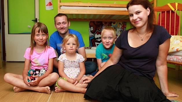 Manželé Juklíčkovi z Plzně si před dvěma lety vzali do pěstounské péče Jeni (druhá zleva). Natálka  i Jakub přijali  dalšího člena rodiny velmi hezky.