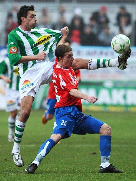 Michal Ordoš z Bohemians (vlevo) a Pavel Malchárek z Plzně v souboji o míč ve středu hřiště v nedělním utkání 1. Gambrinus ligy.