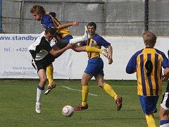 Fotbalisté Doubravky (pruhované dresy) doma podlehli Benešovu 0:1.