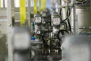 Filtry s aktivním uhlím jsou namontovány v systému vodárenských trubek