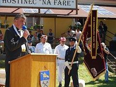 Prapor hasičů z Vrčeně požehnal farář