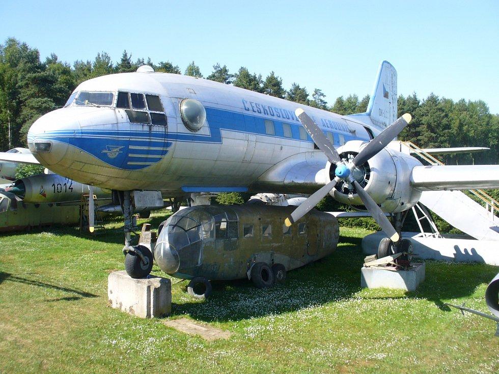 Letoun typu Il - 14 v jedné z verzí je exponátem Air Parku ve Zruči u Plzně.