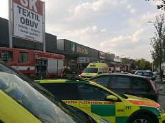 Při požáru v obchodním centru Area Bory se dva muži nadýchali zplodin kouře.