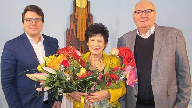 Autorka výstavy Eva Hubatová na archivním snímku (zleva) se starostou Tomášem Soukupem  a místostarostou Václavem Beranem MO Plzeň 4 - Doubravka.