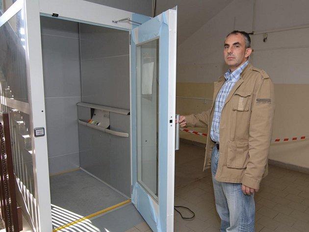 Investiční technik ZČU Tomáš Linda ukazuje nový výtah, který vozíčkářům umožňuje přístup k tělocvičně v patře v objektu ZČU na Borech