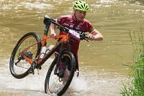 Vodní překážku na trati letošního Fery Cupu  překonává Jan Soukup
