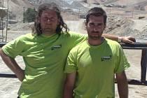Plzeňané René (vlevo) a David Kiliánovi před dolem v Chile, kde loni uvízlo 33 horníků. Tentokrát jedou bratři Dakar poprvé spolu.