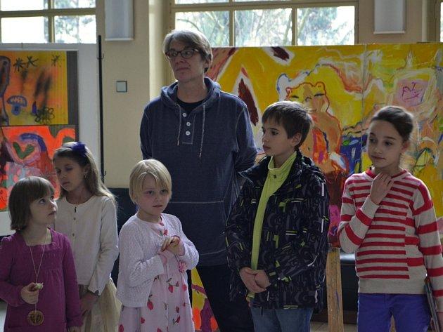 Dana Raunerová se svými Skřítky při jedné z výstav, které jsou v současné době k vidění v Plzni